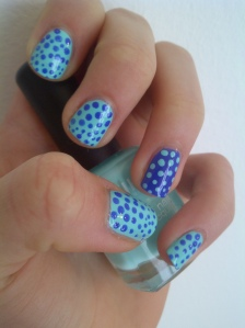 Sky-blue pois nail art