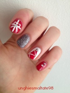 Christmas nail art: red and glitter decorations!